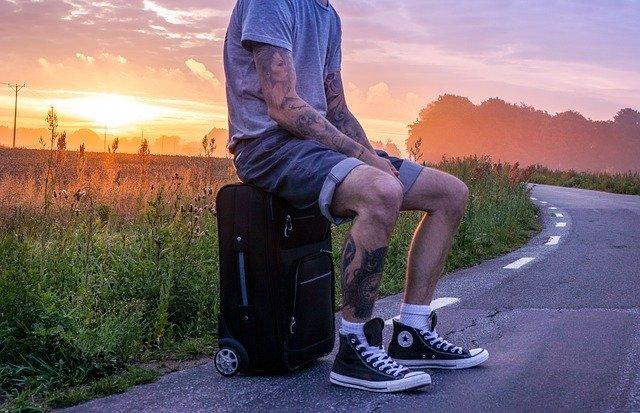 sezení na kufru