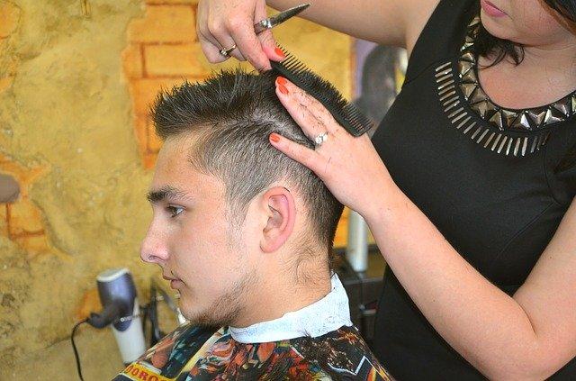 mladík u kadeřnice
