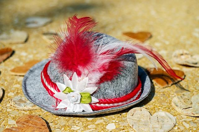 klobouk s peřím