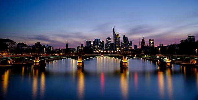 osvětlený most města