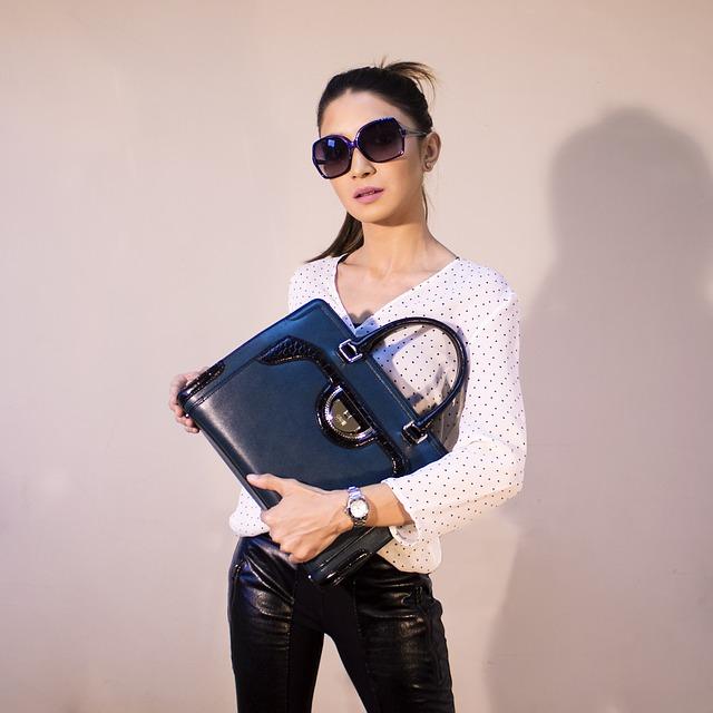 dívka s kabelkou