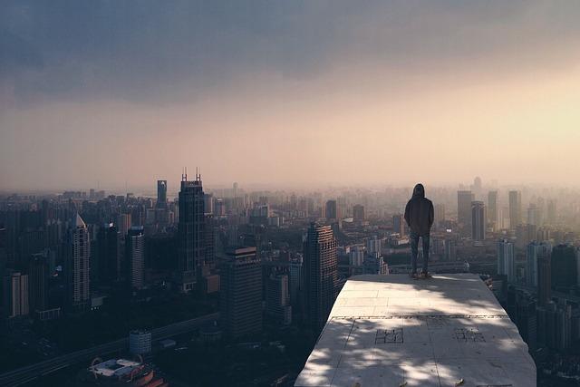 stojící muž nad městem