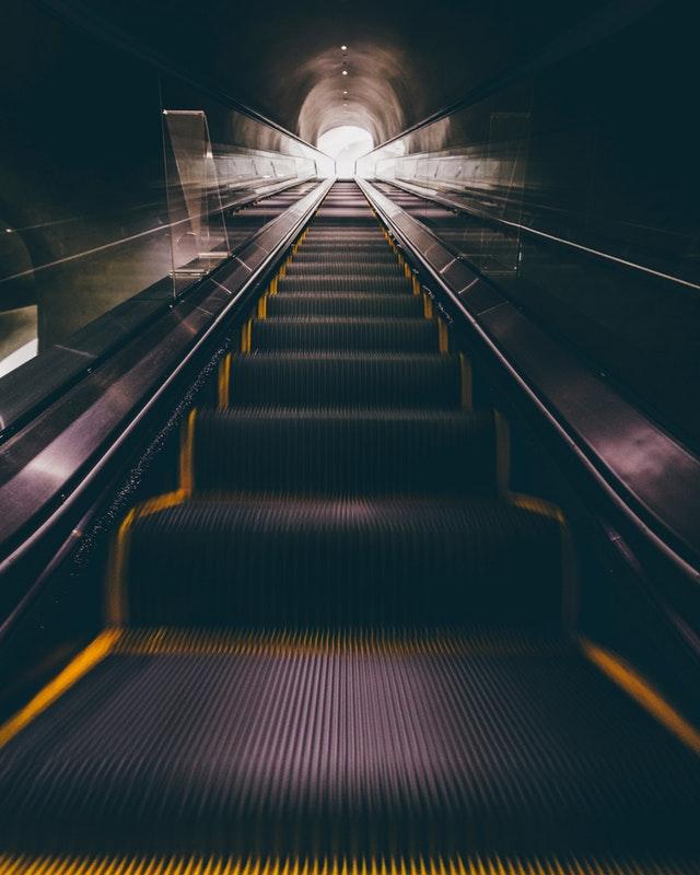 osvětlení eskalátorů, tunelů atd.