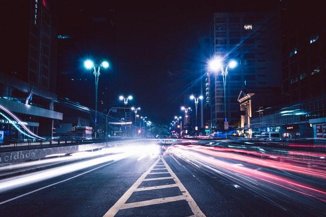 osvětlená silnice ve městě