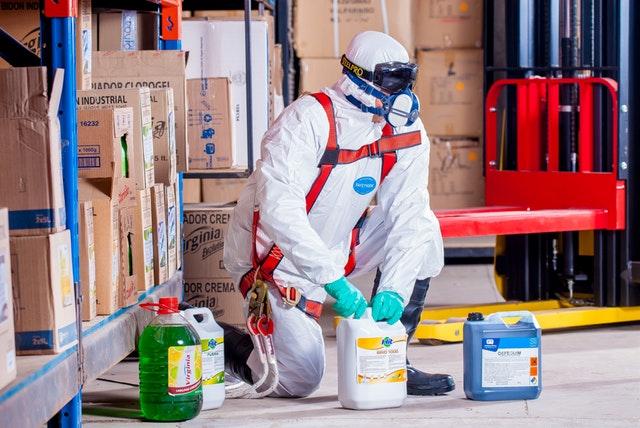 Nebezpečná manipulace s chemikáliemi