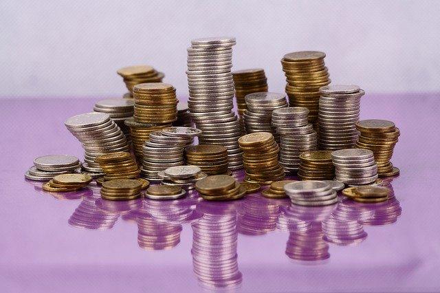 hromada mincí na fialovém skle.jpg