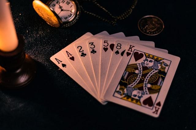 Karty rozložené na černém podkladu