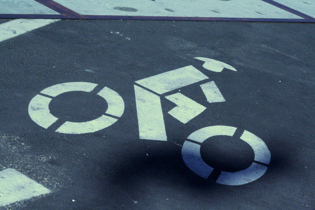 vyznačená asfaltová cyklostezka