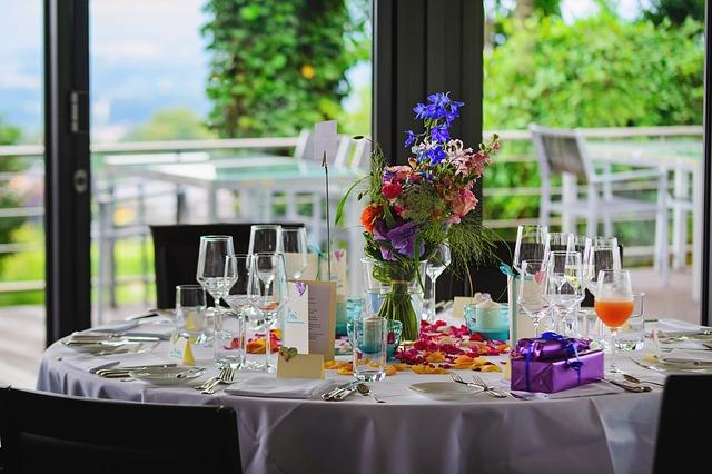 nazdobený narozeninový stůl